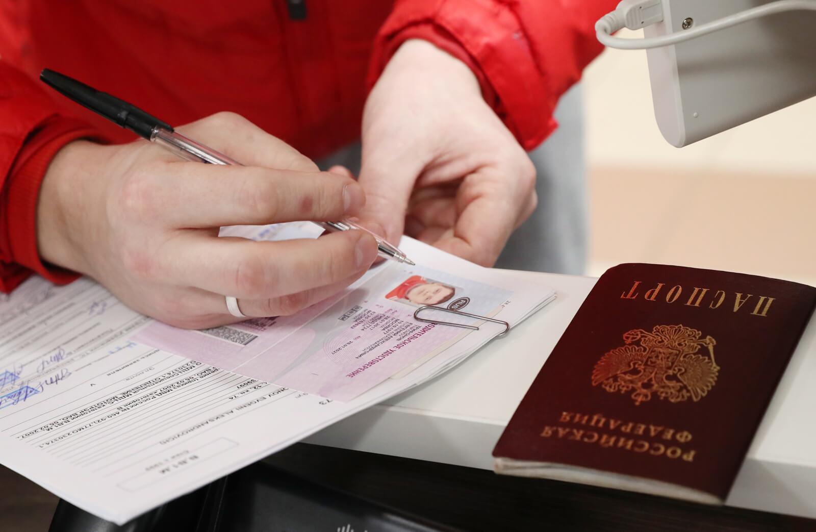Как поменять водительские права? Замена водительского удостоверения при смене фамилии. Где можно поменять права? Как поменять просроченные права?
